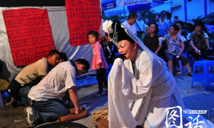 Траурное представление на похоронах в Китае. (Через West China Metropolis Daily) Zhenshchina delayet traurnoye  | Epoch Times Россия
