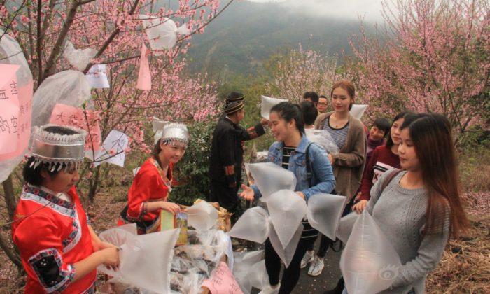 Продавцы продают воздух в пластиковых пакетах в Гуандуне 19 марта. (Sina) | Epoch Times Россия