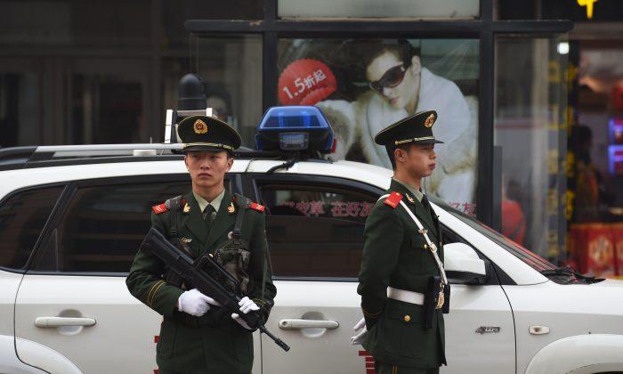 Китайские полицейские наблюдают за пешеходами в торговом районе Ванфуцзин в Пекине 24 октября 2014 г. (Greg Baker / AFP / Getty Images)   Epoch Times Россия