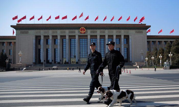 Два полицейских с собаками охраняют фасад Большого зала народных собраний в Пекине 13 марта 2015 г. (Lintao Zhang / Getty Images)   Epoch Times Россия