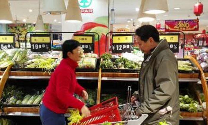 Считалось, что фотографии Ли Сяопэна (справа), губернатора провинции Сычуань, покупающего овощи, сделаны в пропагандистских целях. (Weibo.com) | Epoch Times Россия