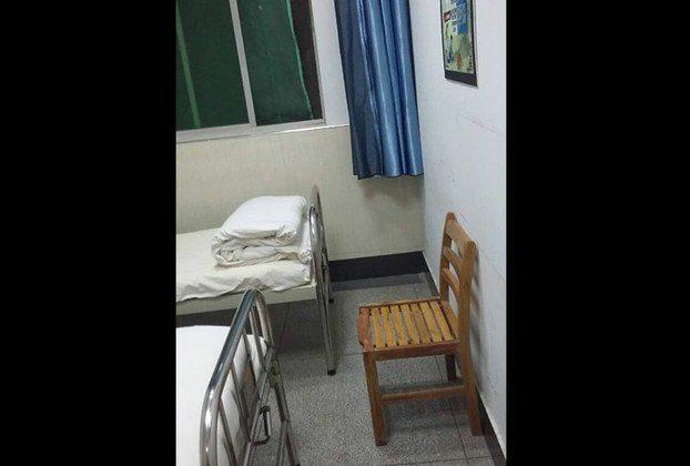 Лао показывает комнату, в которой он находился в психиатрической больнице. (RFA) | Epoch Times Россия