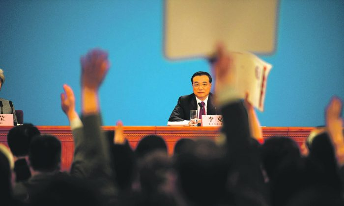 Премьер-министр Китая Ли Кэцян отвечает на вопросы журналистов во время пресс-конференции после заключительного заседания Всекитайского собрания народных представителей в Большом зале народных собраний в Пекине 16 марта 2016 г. (Fred Dufour / AFP / Getty Images)   Epoch Times Россия