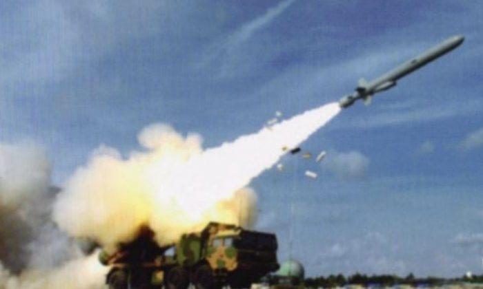 Запуск противокорабельная ракета большой дальности, предположительно, по острову Вуди в Южно-Китайском море. Изображение появилось в сообщении в блоге на китайском Weibo и могло показывать новый шаг в использовании китайским режимом оружия на спорных островах. (Weibo, через IHS Jane's) | Epoch Times Россия