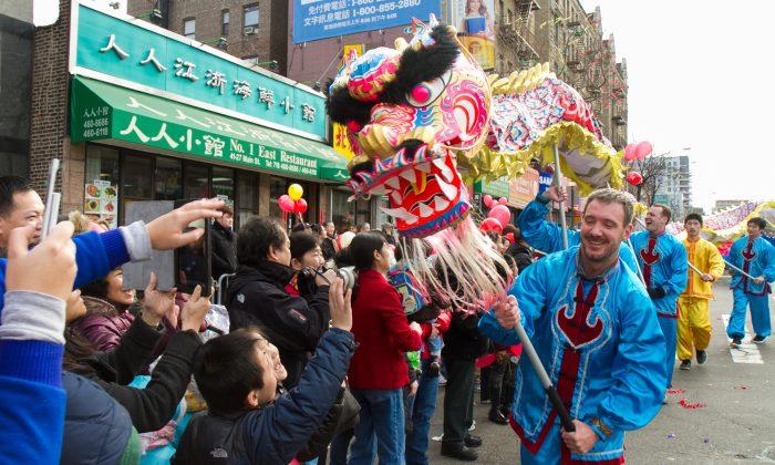 Команда танца дракона, состоящая из последователей Фалуньгун, выступает на параде китайского Нового года во Флашинге, Квинс, на этой фотографии из файла. (Бенджамин Честин / Великая Эпоха) | Epoch Times Россия