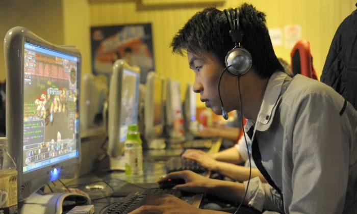 Китаец играет в онлайн-игры в интернет-кафе в Пекине, Китай, 27 февраля 2010 г. (Лю Цзинь / AFP / Getty Images)   Epoch Times Россия