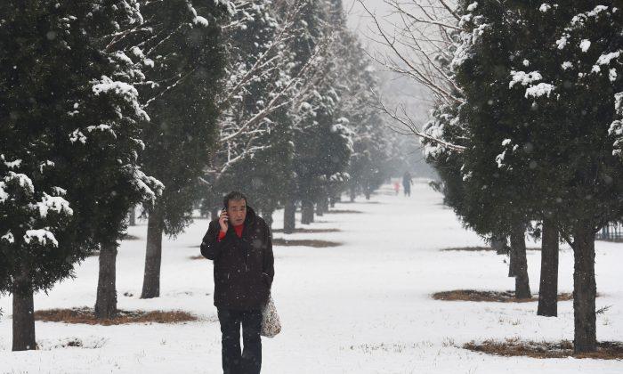 Снег в Китае недостаточно холодный, чтобы включить обогреватели в Шаньдуне. (Greg Baker/AFP/Getty Images) | Epoch Times Россия