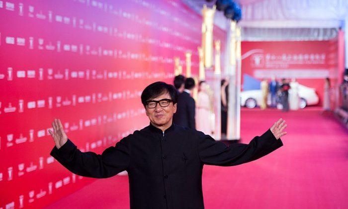 Гонконгский актёр Джеки Чан позирует на красной дорожке во время церемонии открытия Шанхайского международного кинофестиваля (SIFF) в Шанхае 13 июня 2015 г. (JOHANNES EISELE / AFP / Getty Images)   Epoch Times Россия