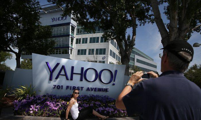 Люди фотографируются перед вывеской, размещенной за пределами Yahoo! штаб-квартира в Саннивейл, Калифорния, 23 мая 2014 г. (Justin Sullivan/Getty Images)   Epoch Times Россия