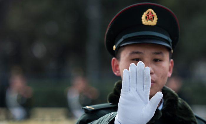 Охранник перед Большим залом народных собраний в Пекине во второй день Всекитайского собрания народных представителей 6 марта. (Johannes Eisele / AFP / Getty Images) | Epoch Times Россия