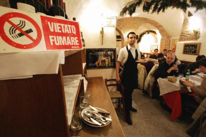 Табличка, запрещающая курить, в ресторане в центре Рима. Фото:  ANDREAS SOLARO/AFP/Getty Images | Epoch Times Россия
