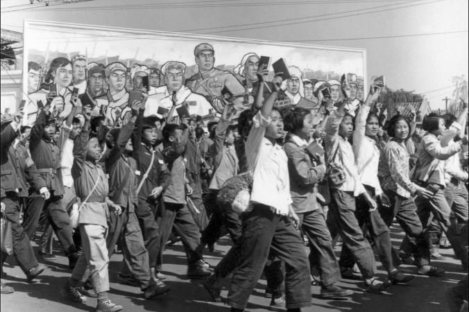 Китайские хунвейбины — ученики средних школ и студенты вузов, размахивая «Красной Книгой» Мао Цзэдуна, идут по улицам Пекина в начале «культурной революции», июнь 1966 г. Во время «культурной революции» в Китае (1966-1976 гг.) под командованием Мао «красные охранники» бесчинствовали в большей части страны, унижали, мучили и убивали «классовых врагов» и уничтожали культурные памятники. Фото: Jean Vincent/AFP/Getty Imagess   Epoch Times Россия