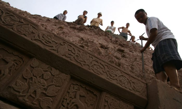 Рабочие работают на раскопках гробницы на строительной площадке в районе Юбэй в Чунцине 28 августа 2006 г. (China Photos / Getty Images) | Epoch Times Россия