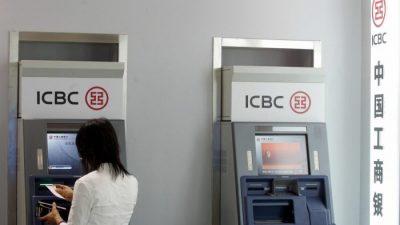 Молодая семья оставила деньги в купюроприёмнике банкомата. Очевидец искал её две недели и нашёл!