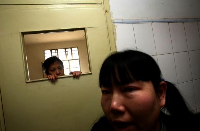 Пациенты в психиатрической больнице Кунмин, провинция Юннань, 1 декабря 2007 г. Фото: China Photos/Getty Images | Epoch Times Россия