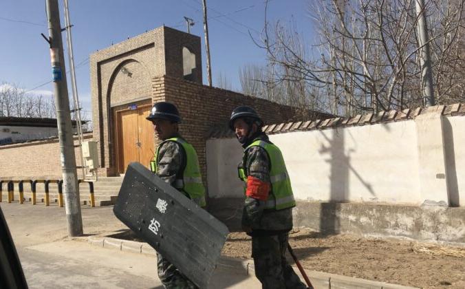 Полиция патрулирует деревню в префектуре Хотан в китайском регионе Синьцзян 17 февраля 2018 г. BEN DOOLEY/AFP via Getty Images) | Epoch Times Россия
