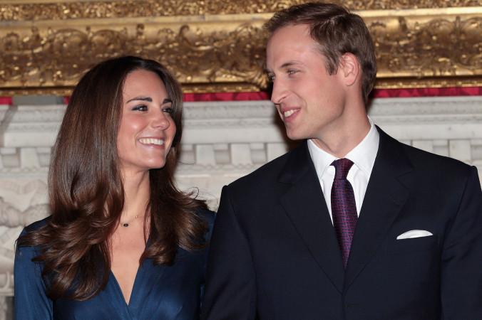 Принц Уильям и Кэтрин Миддлтон позируют для фотографов после объявления о помолвке 16 ноября 2010 г. в Лондоне. Фото: Chris Jackson/Getty Images   Epoch Times Россия