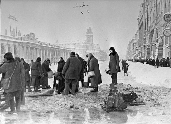 Жители блокадного Ленинграда набирают воду, появившуюся после артобстрела в пробоинах в асфальте. Фото: Boris Kudoyarov/wikipedia.org/CC BY-SA 3.0 | Epoch Times Россия