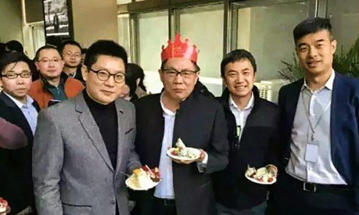 Жэнь Чжицян в короне для дня рождения с тортом на праздновании своего 65-летия 8 марта 2016 г. Жэнь Чжицян в шапке для дня рождения с тортом на праздновании своего 65-летия 8 марта 2016 г. (Internet image) | Epoch Times Россия
