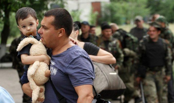 Беженцы из Луганска, 2 июня, 2014 год. Фото: SERGEY GAPON/AFP/Getty Images | Epoch Times Россия