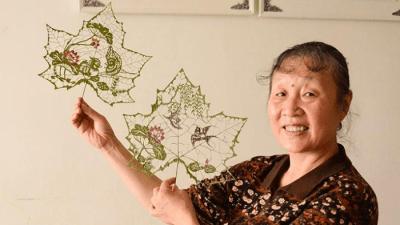 Китайская художница вырезает картины на листьях деревьев