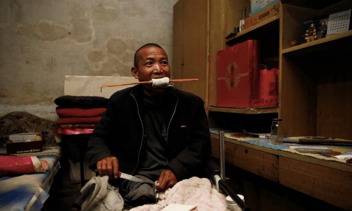 Чжэн Яньлян демонстрирует, как ему ампутировали ногу. (Netease) | Epoch Times Россия