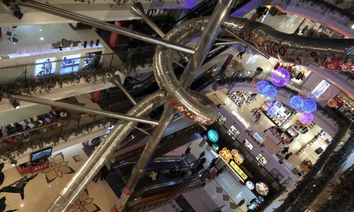 Гигантская горка в торговом центре в Пудуне, Шанхай. (Sina Weibo)   Epoch Times Россия