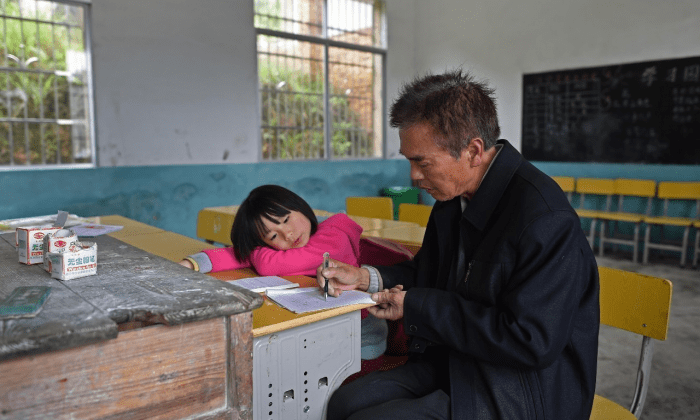 Пэн и учитель Лю Чуйминь. (via Xinhua) | Epoch Times Россия