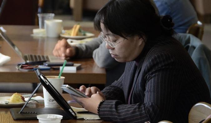Посетители кафе выходят в интернет со смартфонов и ноутбуков, Пекин, Китай. Wang Zhao/AFP/Getty Images | Epoch Times Россия
