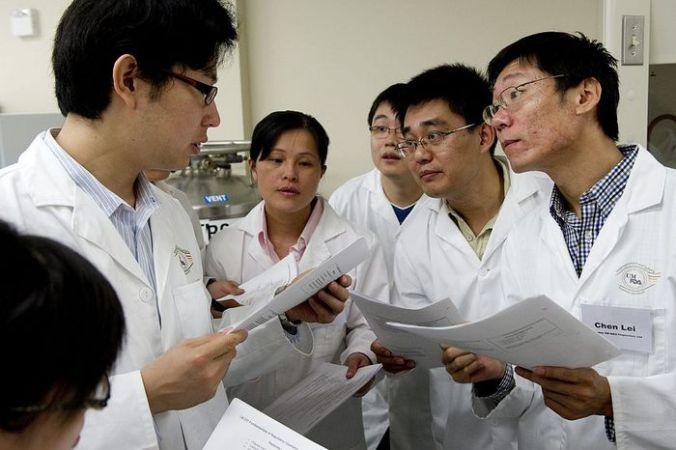 Китайские учёные. Фото SAUL LOEB/AFP/Getty Images   Epoch Times Россия
