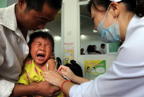 Ребёнку делают прививку от кори Хэфэй, провинция Аньхой, Китай, 11 сентября 2010 года. STR/AFP/Getty Images | Epoch Times Россия
