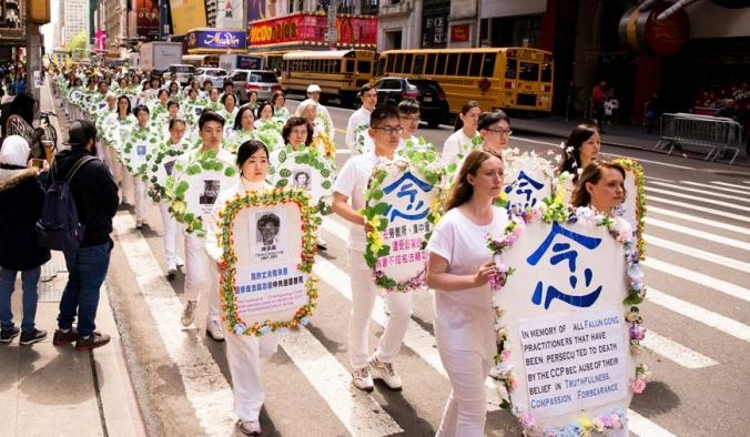 Практикующие Фалуньгун держат венки с фотографиями людей, убитых в Китае за свои убеждения. Тысячи практикующих Фалуньгун со всего мира маршируют на параде по 42-й улице в Нью-Йорке в честь Всемирного дня Фалунь Дафа 12 мая 2017 годае в честь Всемирного дня Фалунь Дафа 12 мая 2017 года. Samira Bouaou/The Epoch Times | Epoch Times Россия