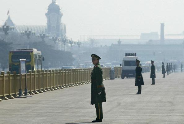 Китайская военная полиция выстраивается по периметру площади Тяньаньмэнь во время сессии Всекитайского собрания народных представителей (ВСНП) в Большом зале Дома народных собраний в Пекине, 8 марта 2004 года. GOH CHAI HIN/AFP/Getty Images | Epoch Times Россия