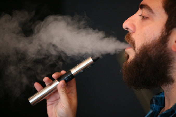 Электронная сигарета. Фото: Dan Kitwood/Getty Images | Epoch Times Россия