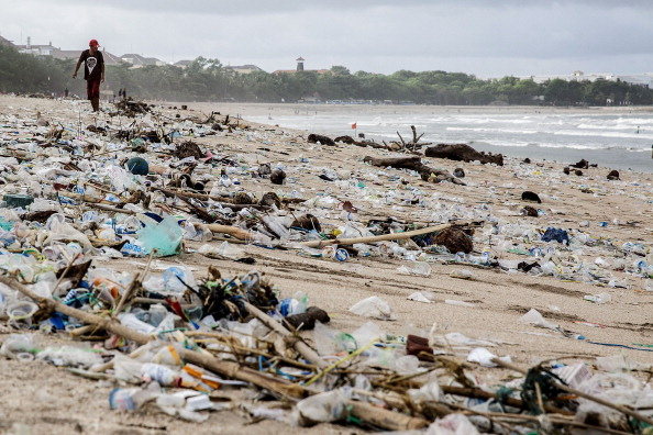 Пластиковый мусор, принесённый волнами на пляж, Кута, Индонезия, 17 января 2014 года. Фото: Agung Parameswara/Getty Images   Epoch Times Россия