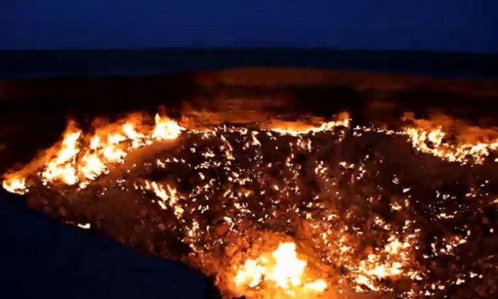 «Врата ада» в пустыне Туркменистана, показанные на скриншоте из видео на YouTube, представляют собой гигантскую яму с токсичным газом, открытую во время бурения в 1971 году. (Скриншот / The Epoch Times) | Epoch Times Россия