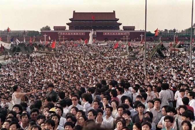 Сотни тысяч китайцев собрались на площади Тяньаньмэнь, несмотря на введённое военное положение, 2 июня 1989 г. Фото: Catherine Henriette/AFP/Getty Images | Epoch Times Россия
