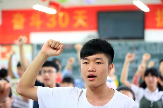 Студенты клянутся соблюдать правила gaokao, вступительного экзамена в вузы, в провинции Аньхой на востоке Китая, 7 июня 2014 г. Фото: AFP/AFP/Getty Images | Epoch Times Россия