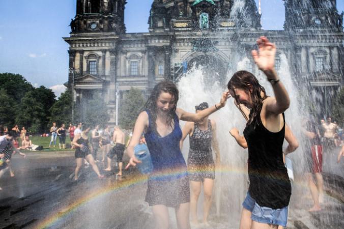 4 июля. Люди освежаются водой в фонтане парка Люстгартен в Берлине, Германия. Температура воздуха в столице 4 июля достигла 37 градусов по Цельсию, этот день стал самым жарким в году. Жара ожидается на этой неделе в большей части Европы. Фото: Carsten Koall/Getty Images   Epoch Times Россия