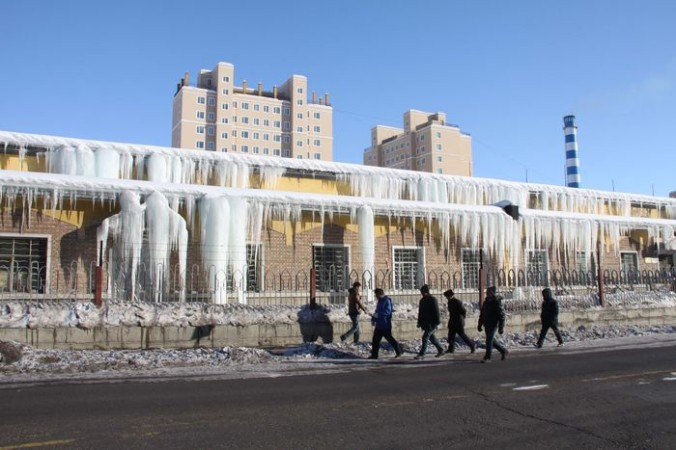 Сосульки свисают с крыши дома. Они образовались, когда растаявший за день снег замерз ночью 12 января, 2016, префектура Алтай, Синьцзян-Уйгурский автономный район, Китай. Предполагают, что из-за феномена Эль-Ниньо зима в этом году будет теплее предыдущих. Фото: ChinaFotoPress/ChinaFotoPress via Getty Images   Epoch Times Россия