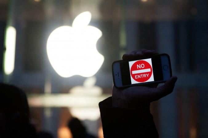 Протестующий держит айфон с надписью «Вход запрещён» у магазина Apple на Пятой авеню в Нью-Йорке, 23 февраля. Фото: Bryan Thomas/Getty Images | Epoch Times Россия