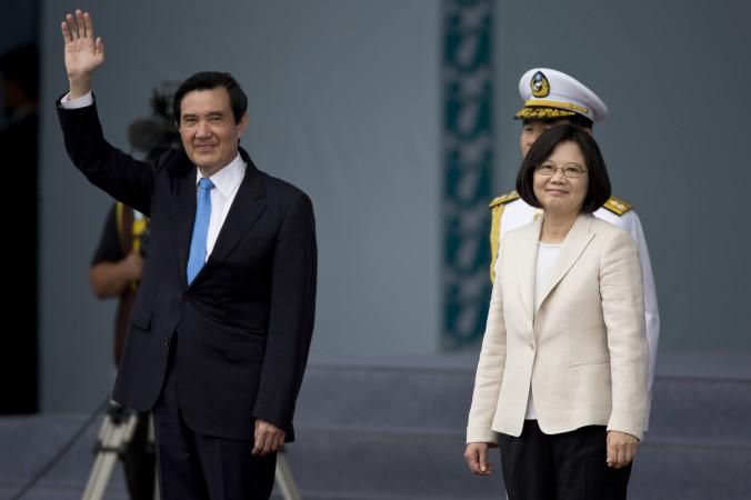 Тайваньский президент Цай Инвэнь (справа) и бывший президент Тайваня Ма Инцзю приветствуют избирателей 20 мая 2016 г. в Тайбэе. Китайских пользователей шокировало, что Ма после ухода с должности будет жить в старой квартире. Фото: Ashley Pon/Getty Images   Epoch Times Россия