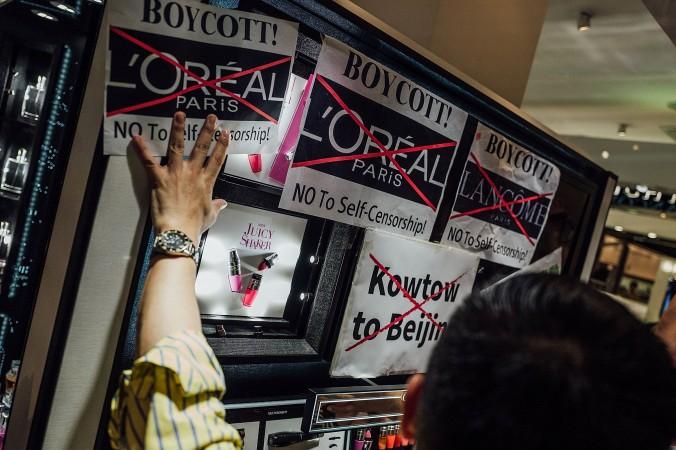 Гонконгцы организовали протесты против французского брэнда Lancome в Козуэй-Бэй, Гонконг, 8 июня 2016 г. Фото: Anthony Kwan/Getty Images | Epoch Times Россия