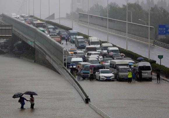 Наводнение в Ухане, центральный Китай, 6 июля 2016 г. Фото: Wang He/Getty Images | Epoch Times Россия