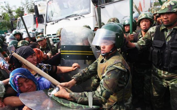 Столкновение китайских полицейских с уйгурскими женщинами на улице города Урумчи, Синьцзян-Уйгурский автономный район, Китай, 7 июля 2009 года. Guang Niu/Getty Images | Epoch Times Россия