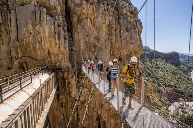5 апреля. Туристы идут по пешеходной тропе El Caminito del Rey (Королевская тропа) в Малаге, Испания, 1 апреля 2015 года. Тропа, проходящая через ущелье Гайтанес и известная как самая опасная пешеходная тропа в мире, в прошлые выходные была открыта после реконструкции. Ранее Королевская тропа была закрыта для посещений после двух смертельных несчастных случаев, в 1999 и 2000 гг. Фото: David Ramos/Getty Images   Epoch Times Россия
