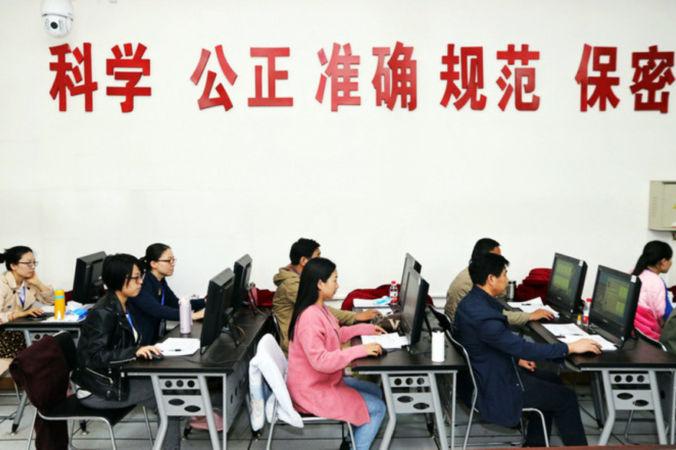 Китайские школьники сдают Гаокао. Фото: STR/AFP/Getty Images | Epoch Times Россия