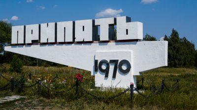 (Видео) Впервые за 33 года в Припяти установили новогоднюю ёлку. А повесили на неё «памятные» украшения