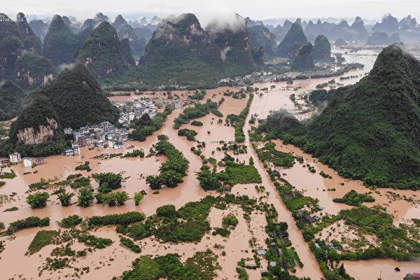 Затопленные улицы и здания после сильного дождя, вызвавшего наводнение в уезде Яншо, Гуанси-Чжуанский автономный район, 7 июня 2020 года. LIU JIN/STR/AFP via Getty Images | Epoch Times Россия