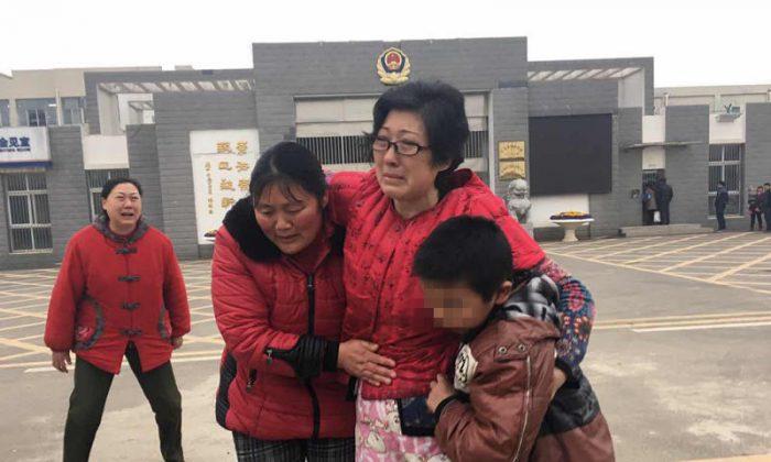 Ли Чжэнцинь (в центре) обнимает своего приемного сына и его биологическую мать после выхода из женской тюрьмы Чанчжоу. (Beijing Times)   Epoch Times Россия